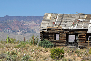 Old log cabin with view of Jerome - Dead Horse Ranch State Park taken by https://www.flickr.com/photos/alanenglish/
